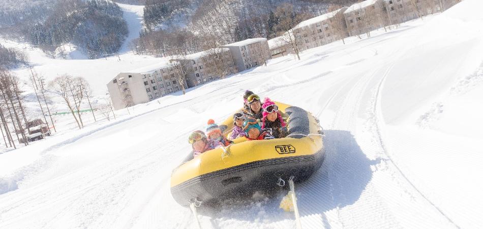 家族みんなで楽しめる!「スノーラフティング」|タングラムスキーサーカス