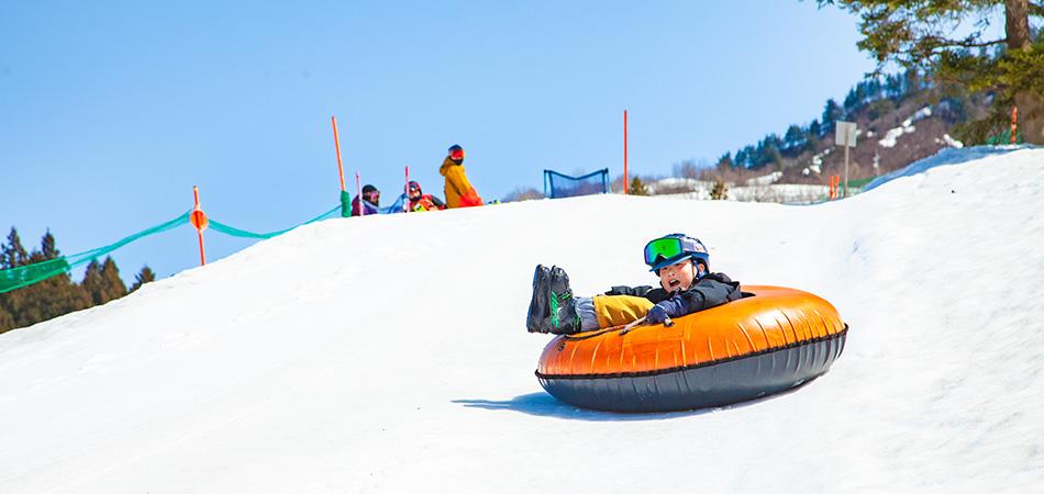 雪遊びデビューならおまかせ! 雪遊び専用キッズパーク「スマイルキッズパーク」|湯沢中里スノーリゾート