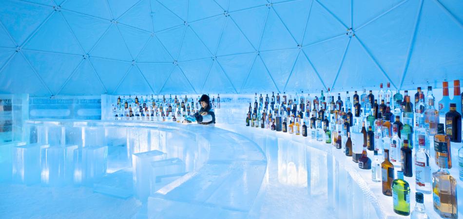 雪の結晶がデザインされた氷のテーブルやイスが並ぶ幻想的な空間「氷のクリスタルパーク」が今年初登場!|星野リゾート トマム スキー場
