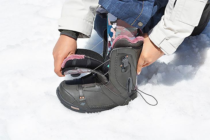 まずワイヤーとヒモをすべてゆるめ、ブーツを前に大きく開いてつま先から足を入れます。