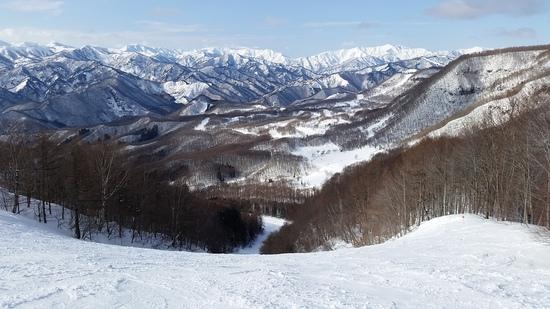 穴場的中級バーンと上越国境の山々の風景が良し。|水上宝台樹スキー場のクチコミ画像1